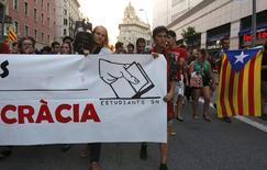 """Сторонники отделения Каталонии от Испании на акции протеста в Барселоне 2 октября 2014 года. Думающая о выходе из состава Испании Каталония отказалась от референдума о независимости в следующем месяце и заменит его """"консультациями с гражданами"""", сказал во вторник глава региона. REUTERS/Gustau Nacarino"""