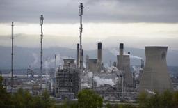 Вид на НПЗ в Гранджемуте в Шотландии 21 октября 2013 года. Цены на нефть Brent упали ниже $88 за баррель, так как инвесторы уже не рассчитывают на сокращение добычи ОПЕК. REUTERS/Russell Cheyne
