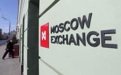 Вход в здание Московской биржи 14 марта 2014 года. Российские фондовые индексы резко поднялись во второй половине торгов вторника, и ММВБ преодолел уровень сопротивления в 1.400 пунктов. REUTERS/Maxim Shemetov