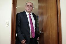 Ministro das Comunicações, Paulo Bernardo, ao chegar para coletiva de imprensa em Brasília. 30/09/2014.  REUTERS/Ueslei Marcelino