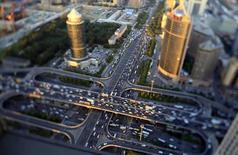Vehículos conducen durante la hora punta de la mañana en el puente Guomao en Beijing. Imagen de archivo, 3 septiembre, 2014. La inversión de China debería repuntar en los próximos meses a medida que las autoridades apresuran las obras destinadas a la conservación de agua y otros proyectos de infraestructura que respalden el crecimiento, dijo el martes un funcionario de alto rango del poderoso planificador económico del país. REUTERS/Jason Lee