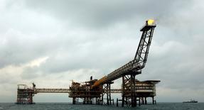Imagen de archivo de la plataforma petrolera SPQ1 en el yacimiento Pars en la costa afuera de Assalouyeh, Irán, ene 26 2011. En un golpe de timón, Irán dijo el martes que puede vivir con bajos precios del petróleo, acercándose a la posición de Arabia Saudita y de otros miembros de la OPEP, y reduciendo la posibilidad de un recorte en la producción del cártel para impulsar el valor del crudo.  REUTERS/Caren Firouz