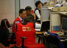Трейдеры на торгах на Гонконгской фондовой бирже 10 апреля 2014 года. Азиатские фондовые рынки, кроме Южной Кореи, выросли в среду на фоне стабилизации мировых рынков после значительного падения. REUTERS/Bobby Yip