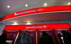 Bank of America, la deuxième banque américaine, annonce mercredi une perte modeste au titre du troisième trimestre, conséquence du règlement d'un litige avec le gouvernement fédéral au sujet de prêts hypothécaires. /Photo d'archives/REUTERS/Brendan McDermid