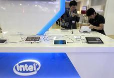 Intel à suivre mercredi sur les marchés américains. Le géant des semi-conducteurs a annoncé mardi soir un chiffre d'affaires en hausse de 8% au titre du troisième trimestre et a communiqué pour le trimestre en cours une prévision supérieure aux attentes, grâce à la reprise du marché des PC. /Photo prise le 3 juin 2014/REUTERS/Pichi Chuang