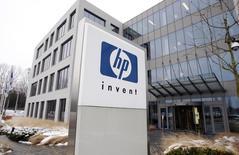 Hewlett-Packard annonce mercredi une reprise de son programme de rachat de titres, au lendemain de la rupture des discussions de fusion avec le spécialiste des solutions de stockage EMC rapportée par des sources à Reuters.  /Photo d'archives/REUTERS/Thierry Roge