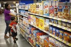 Unas personas realizando compras en un supermercado de la cadena WalMart en Bentonville, EEUU, jun 5 2014. Las ventas minoriítas y los precios pagados por los productores en Estados Unidos cayeron en septiembre, dos señales preocupantes que apuntan a que la demanda del consumidor podría estar flaqueando mientras la inflación no logra ganar impulso.   REUTERS/Rick Wilking