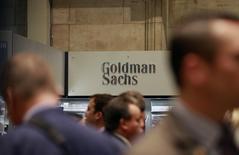 Логотип Goldman Sachs на Нью-Йоркской фондовой бирже 16 июля 2010 года. Чистая прибыль Goldman Sachs Group Inc подскочила в третьем квартале 2014 года на 50 процентов, так как неожиданный подъем активности на рынке облигаций в сентябре увеличил доходы от торговли. REUTERS/Brendan McDermid