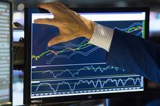 La Bourse de New York a ouvert une nouvelle fois en net repli jeudi, les investisseurs s'inquiétant de l'impact sur les sociétés américaines du ralentissement de l'économie mondiale. Le repli était particulièrement marqué pour le Nasdaq Composite, qui cédait 1,95%, plombé par Netflix, qui plongeait plus de 23% dans les premiers échanges. /Photo prise le 15 octobre 2014/REUTERS/Lucas Jackson