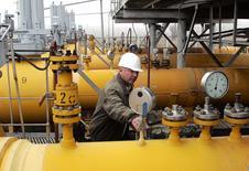 """Imagen de archivo de un operador en la estación de bombeo de gas de Pisarevskoye, Rusia, dic 16 2005. Rusia reducirá los suministros de gas a Europa si Ucrania toma el combustible de los ductos que atraviesan por su territorio para cubrir sus necesidades, advirtió el jueves el presidente Vladimir Putin, quien agregó sin embargo que estaba """"esperanzado"""" en que eso no ocurriera. REUTERS/Viktor Korotayev"""
