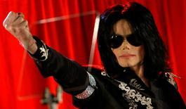Michael Jackson saluda durante una conferencia de prensa en el Arena O2 en Londres, 5 de marzo de 2009.  Cinco años después de su muerte, el cantante Michael Jackson está generando una fortuna y es la celebridad fallecida con mayores ganancias, con un estimado de 140 millones de dólares sumados en los últimos 12 meses a su patrimonio, dijo el miércoles la revista Forbes. REUTERS/Stefan Wermuth