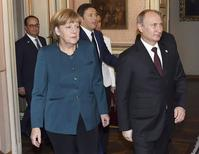 Chanceler alemã, Angela Merkel, ao lado do presidente russo, Vladimir Putin, ao chegar para reunião de cúpula com líderes europeus, em Milão. 17/10/2014. REUTERS/Daniel Dal Zennaro/Pool