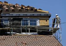 Les mises en chantier de logements et les attributions de permis de construire sont repartis à la hausse en septembre, des données qui continuent d'accréditer le scénario d'une reprise progressive du marché immobilier. /Photo prise le 22 septembre 2014/REUTERS/Mike Blake