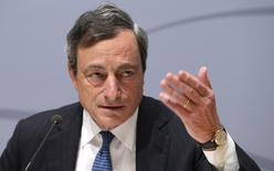 El presidente BCE, Mario Draghi, durante una conferencia de prensa en Bruselas. Imagen de archivo, 8 mayo, 2014.  Los responsables de las políticas del Banco Central Europeo discutieron el viernes sobre qué medicina administrar a la enferma economía de la zona euro, provocando profundas tensiones dentro del Consejo de Gobierno. REUTERS/Francois Lenoir