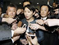 En lo que sería un duro golpe para el primer ministro de Japón Shinzo Abe, la nueva ministra de Economía, Comercio e Industria tiene previsto dimitir después de informaciones que acusan a su organización política de malversar fondos publicos, según dijeron los medios japoneses el sábado. En la imagen, Yuko Obuchi rodeada de periodistas en Tokio el 18 de octubre de 2014.REUTERS/Kyodo
