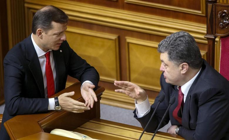 Head of Radical Party Oleh Lyashko (L) speaks with Ukraine's President Petro Poroshenko in parliament in Kiev in this October 14, 2014.  REUTERS/Gleb Garanich