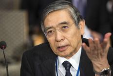 Foto de archivo del gobernador del Banco de Japón, Haruhiko Kuroda, hablando en una reunión del FMI en Washington. Oct 11, 2014. Kuroda dijo el lunes que la economía del país sigue recuperándose moderadamente, pero destacó que todavía quedan algunas debilidades, principalmente en lo relativo a la producción. REUTERS/Joshua Roberts