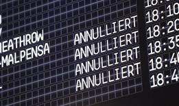 Табло с информацией о рейсах в аэропорту Кельн-Бонн 16 октября 2014 года. Немецкая авиакомпания Lufthansa отменила 1450 рейсов из-за забастовки пилотов в понедельник и вторник, которая коснется в общей сложности более 200.000 пассажиров. REUTERS/Ina Fassbender