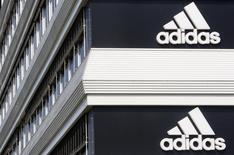 Vers 08h00 GMT, Adidas prenait autour de 5% lundi en Bourse, après l'annonce de l'intention d'un groupe d'investisseurs de racheter à l'équipementier sportif allemand sa marque américaine Reebok. /Photo d'archives/REUTERS/Christian Hartmann