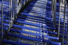 Тележки Metro в Дюссельдорфе 20 марта 2012 года. Немецкий ритейлер Metro AG отчитался в понедельник о превысивших ожидания рынка продажах в своей проблемной сети потребительской электроники и выразил оптимизм в преддверии важного для компаний этого сектора рождественского сезона. REUTERS/Ina Fassbender
