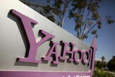El logo de Yahoo afuera de la sede de la compañía en Sunnyvale. Imagen de archivo, 16 abril, 2013. Yahoo daría a conocer el martes un plan de recorte de costos y entregaría detalles de cómo está evaluando posibles adquisiciones en un momento en el que afronta la presión de un activista inversor, dijo el diario Wall Street Journal, citando a una persona informada del plan.  REUTERS/Robert Galbraith