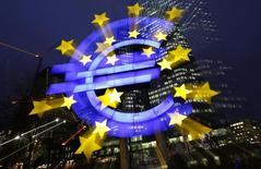El logo del BCE iluminado frente a la sede del Banco Central Europeo en Frankfurt. Imagen de archivo, 8 enero, 2013. El Banco Central Europeo empezó a comprar bonos garantizados, dijo el lunes un portavoz del BCE, abriendo un nuevo frente en su batalla por reactivar la economía de la zona euro y mantener a raya la deflación. REUTERS/Kai Pfaffenbach