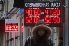 Табло курсов валют у обменных пунктов в Москве 16 октября 2014 года. Рубль подешевел в понедельник после снижения кредитного рейтинга РФ агентством Moody's и на фоне сохранения локального спроса на валюту в условиях западных санкций, но отрицательная динамика сдерживалась продажами экспортной выручки под ближайшие налоги, а также ожиданиями скорого запуска Центробанком валютного репо. REUTERS/Maxim Zmeyev