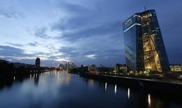 O Banco Central Europeu (BCE) começou a comprar títulos cobertos, afirmou um porta-voz da autoridade monetária, abrindo um novo fronte em sua batalha para reanimar a economia da zona do euro e evitar a deflação. 18/09/2014 REUTERS/Kai Pfaffenbach