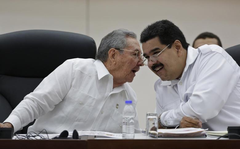 Cuba's President Raul Castro (L) talks to his Venezuelan counterpart Nicolas Maduro during the opening ceremony of the ALBA-TCP Extraordinary Ebola summit in Havana October 20, 2014.  REUTERS/Enrique De La Osa