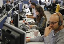 Трейдеры IG Index в Лондоне 9 сентября 2014 года. Европейские фондовые рынки растут благодаря неожиданно хорошим квартальным результатам Apple. REUTERS/Luke MacGregor
