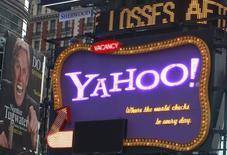 Билборд Yahoo в Нью-Йорке 19 октября 2010 года. Интернет-компания Yahoo Inc сообщила во вторник об умеренном повышении выручки в третьем квартале, превзойдя скромные ожидания Уолл-стрит, однако показатели бизнеса медиарекламы в интернете вновь оказались слабыми. REUTERS/Brendan McDermid