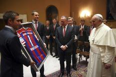 Camisa autografada do Bayern de Munique é entregue ao papa Francisco no Vaticano. 22/10/2014 REUTERS/Alexander Hassenstein/Pool