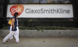 La casa matriz de GlaxoSmithKline en Mumbai, dic 16 2013. GlaxoSmithKline decidió mantener sin cambios sus dividendos en el tercer trimestre, poniendo fin a una racha de aumento constante de los pagos a los accionistas, debido a que la presión de precios en Estados Unidos sobre su fármaco de mayores ventas, Advair, erosionó los ingresos y utilidades. REUTERS/Danish Siddiqui