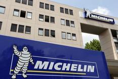 Michelin (-5,56%) accuse la plus forte baisse de l'indice SBF 120 vers 12h50, quand le CAC recule de 0,25% à 4.094,88 points. Le fabricant de pneumatiques a revu en baisse sa prévision de ventes en volume pour 2014 et fait état d'un recul de son activité au troisième trimestre. /Photo d'archives/REUTERS/Régis Duvignau