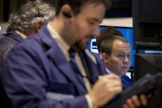 Unos operadores en la bolsa de Wall Street en Nueva York, oct 17 2014. Las acciones subían el jueves en la bolsa de Nueva York debido a que una serie de buenos resultados corporativos, entre ellos los de un par de componentes del Dow Jones, tranquilizaron a los inversionistas a pesar de las preocupaciones sobre el crecimiento económico global. REUTERS/Brendan McDermid