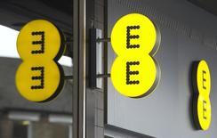 L'opérateur mobile britannique EE, dont Orange est copropriétaire avec Deutsche Telekom, se prépare à de possibles rapprochements à compter de l'an prochain outre-Manche entre acteurs du fixe et du mobile, une tendance à l'oeuvre dans le reste de l'Europe. /Photo d'archives/REUTERS/Neil Hall