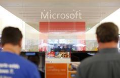 Microsoft a vu son bénéfice baisser de 13% au cours du premier trimestre de son exercice fiscal décalé, du fait d'une charge de restructuration, mais le géant américain des logiciels n'en a pas moins agréablement surpris les analystes. /Photo d'archives/REUTERS/Mike Blake