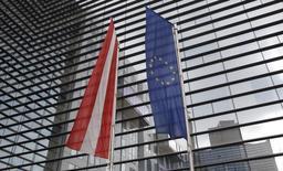 Devant le ministère des Finances autrichien, à Vienne. La Commission européenne a écrit à l'Autriche pour lui demander d'expliquer l'absence de mesures d'assainissement structurelles dans son projet de budget 2015, alors qu'il lui avait été demandé de réduire son déficit structurel d'au moins 0,5% du PIB. /Photo d'archives/REUTERS/Lisi Niesner