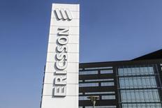 Ericsson annonce un bénéfice opérationnel du troisième trimestre inférieur aux attentes des analystes financiers. L'équipementier télécoms suédois évoque notamment le ralentissement de l'activité en Amérique du Nord. /Photo prise le 18 septembre 2014/REUTERS/Stig-Ake Jonsson/TT