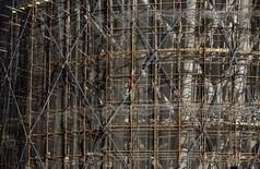 Workers labour at a construction site in Beijing October 10, 2013.   REUTERS/Kim Kyung-Hoon