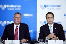 Prefeito de Nova York, Bill de Blasio, e o governador de Estado de Nova York, Andrew Cuomo, durante coletiva de imprensa sobre caso de Ebola, no hospital Bellevue, em Nova York. 23/10/2014. REUTERS/Eduardo Munoz
