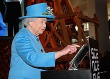 La reine Elisabeth d'Angleterre a fait son entrée dans le monde des réseaux sociaux vendredi en envoyant son premier message à partir du compte Twitter de la Couronne. /Photo prise le 24 octobre 2014/REUTERS/Chris Jackson