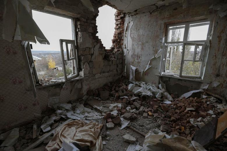 An apartment destroyed by recent shelling is seen on the outskirts of Ukraine's town of Slavyansk, October 24, 2014.    REUTERS/Vasily Fedosenko