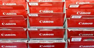 Логотипы Canon на продукции компании в магазине в Токио 24 июля 2014 года. Японская Canon Inc сократила операционную прибыль на 21 процент в третьем квартале из-за снижения спроса на цифровые фотоаппараты, оттенившего позитивный эффект от слабой иены. REUTERS/Yuya Shino