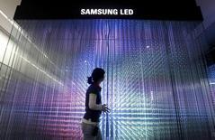 Samsung Electronics annonce l'arrêt de ses activités de fabrication de diodes électroluminescentes (LED) hors de Corée du Sud, réduisant fortement la voilure dans un domaine qu'il présentait il y a quatre ans comme stratégique. Samsung n'est pas parvenu à s'imposer face à des concurrents bien établis sur les grands marchés développés, comme le néerlandais Philips et l'allemand Osram, tandis que la concurrence chinoise mettait ses marges sous pression sur les marchés émergents. /Photo d'archives/REUTERS/Jo Yong-Hak