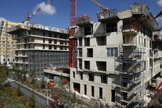 Le rythme de baisse de la demande de logements neufs s'est accentué en octobre en France et les perspectives de mises en chantier de logements neufs restent dégradées pour les trois prochains mois, selon l'Insee. /Photo prise le 3 septembre 2014/REUTERS/Benoît Tessier