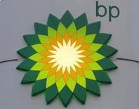 BP a décidé de majorer de 5,3% de son dividende au titre du troisième trimestre, à 10 cents par action ordinaire, en dépit de la baisse des cours du brut qui amène le géant pétrolier à réduire ses dépenses d'investissement sur l'ensemble de l'année. /Photo d'archives/REUTERS/Alexander Demianchuk