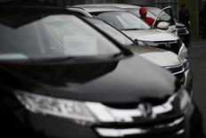 Honda, qui a publié des résultats inférieurs aux attentes pour son deuxième trimestre clos fin septembre, a revu en baisse ses prévisions de ventes pour l'ensemble de l'année, en mettant en avant la montée de la concurrence au Japon et en Chine ainsi que la sortie retardée de nouveaux modèles. /Photo prise le 27 octobre 2014/REUTERS/Issei Kato
