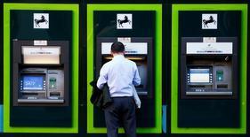 LLoyds Banking Group a dit mardi qu'il allait provisionner 900 millions de livres (1,14 milliard d'euros) supplémentaires pour faire face aux coûts potentiels de dédommagement liés à la commercialisation de produits d'assurance-emprunteur dans des conditions litigieuses, un nouveau coup dur pour la banque britannique qui n'a passé que de justesse les tests bancaires européens. /Photo prise le 28 octobre 2014/REUTERS/Andrew Winning