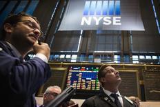 Wall Street a ouvert en hausse mardi en dépit d'une baisse inattendue des commandes de biens durables en septembre, dans un marché par ailleurs attentiste à la veille des annonces de la Fed. Dans les premiers échanges, le Dow Jones gagne 0,33%, à 16.873,58 points. /Photo prise le 27 octobre 2014/REUTERS/Lucas Jackson